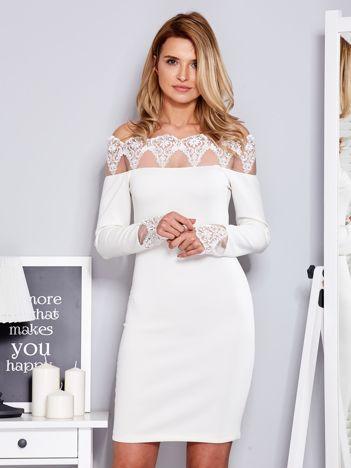 Ecru sukienka odsłaniająca ramiona z koronką