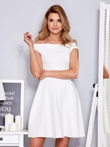 Ecru sukienka z odsłoniętymi ramionami