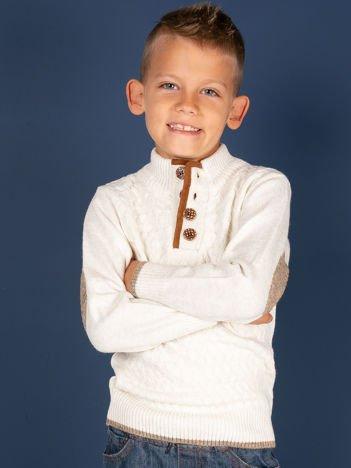 Ecru sweter dla chłopca z plecionym wzorem