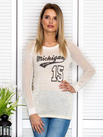 Ecru sweter z baseballowym printem