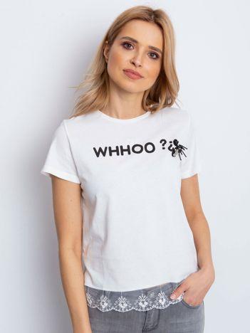 Ecru t-shirt z aplikacją i koronkowym wykończeniem