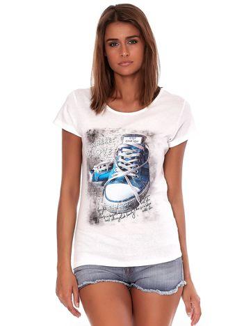 Ecru t-shirt z kolorowymi trampkami