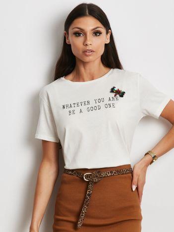 Ecru t-shirt z nadrukiem i aplikacją