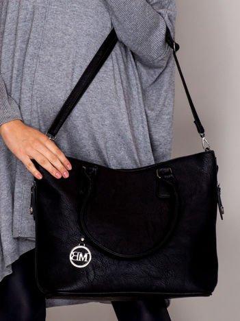 Elegancka gładka torebka odpinanym paskiem czarna
