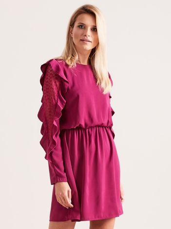 Fioletowa sukienka z falbanami na rękawach