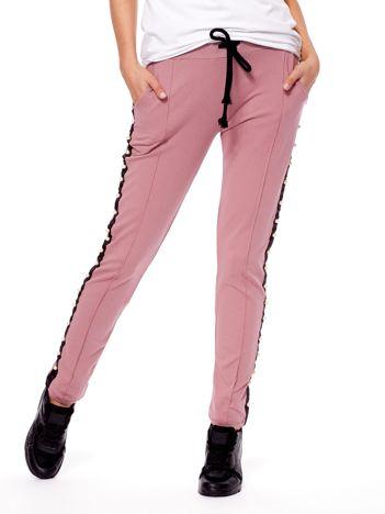 Fioletowe spodnie dresowe z lampasami i perełkami