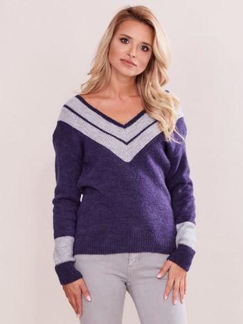 Fioletowy sweter z dekoltem w serek