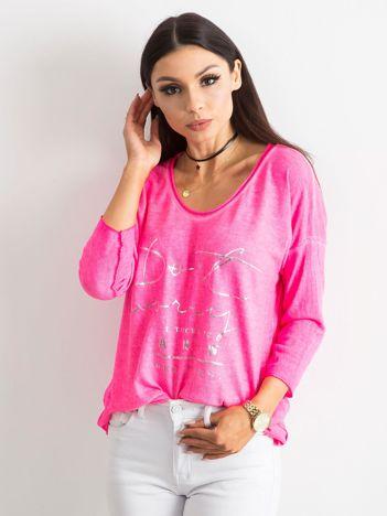 Fluo różowa bluzka w serek z napisem