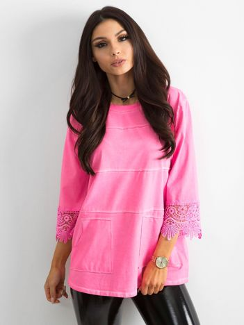 Fluo różowa bluzka z koronką i kieszeniami