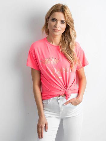 Fluo różowy t-shirt z napisem i aplikacją