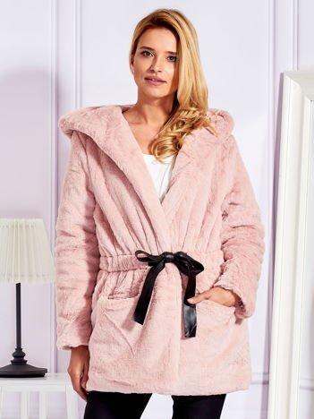 Futrzany krótki płaszcz z paskiem różowy