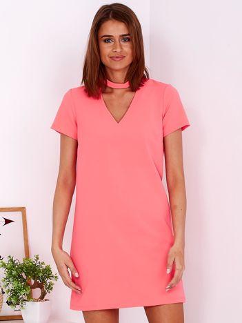 Gładka elegancka sukienka z chokerem fluo różowa