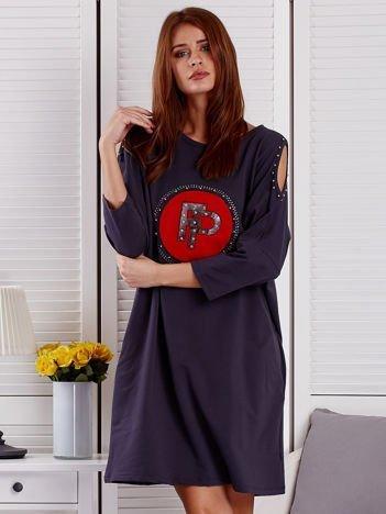 Grafitowa  sukienka damska oversize z perełkami i okrągłą naszywką