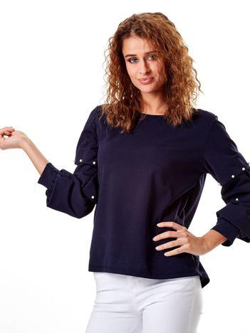 Granatowa bluzka z drapowanymi rękawami i perełkami