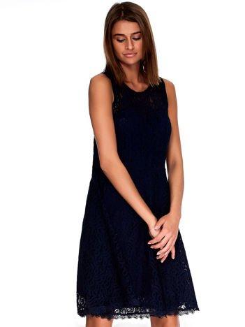 Granatowa koronkowa sukienka z trójkątnym wycięciem na plecach