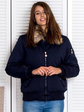 Granatowa kurtka z futrzanym kołnierzem