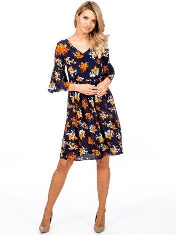 Granatowa kwiatowa sukienka z rozszerzanymi rękawami