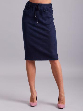 Granatowa prążkowana spódnica z kieszeniami