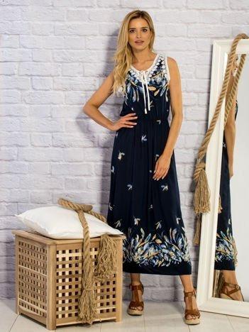 Granatowa sukienka letnia maxi w piórkach