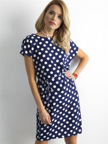 Granatowa sukienka w grochy z wiązaniem
