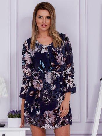 Granatowa sukienka w kwiatowy deseń
