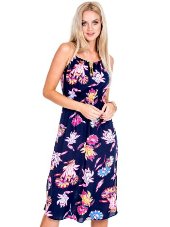 Granatowa sukienka w kwiaty z ozdobnym wiązaniem