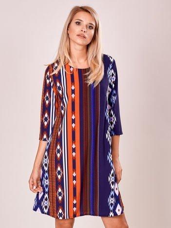 Granatowa sukienka we wzory