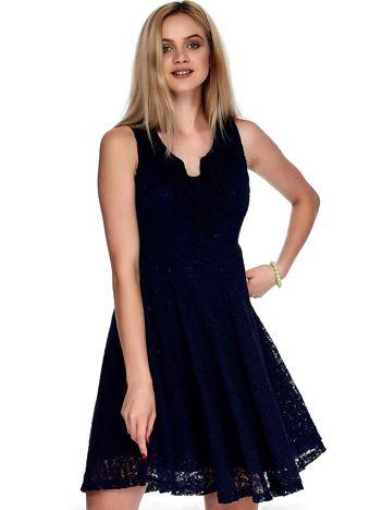 Granatowa sukienka z koronki z ozdobnym dekoltem