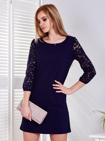 Granatowa sukienka z koronkowymi rękawami