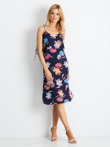 Granatowa sukienka z motywem roślinnym
