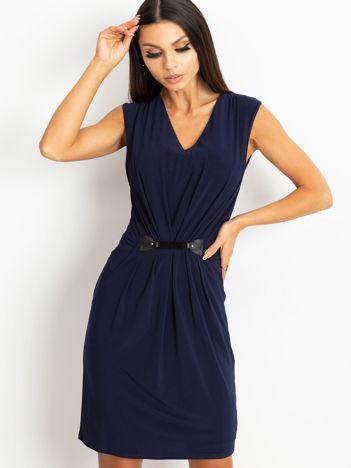 Granatowa sukienka z ozdobnym drapowaniem