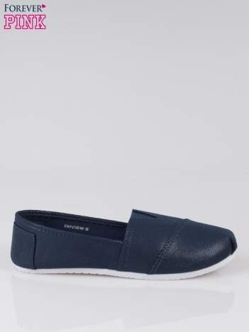 Granatowe buty sliponki z efektem skóry jaszczurki