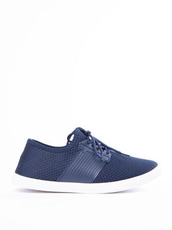 Granatowe buty sportowe z fakturą i gumową wstawką na sznurowaniu