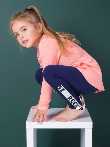 Granatowe legginsy dla dziewczynki z napisami