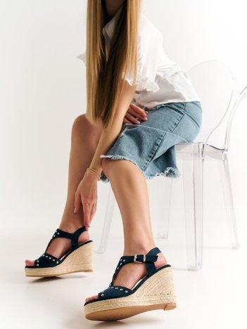 Granatowe sandały Kylie z nitami na koturnach