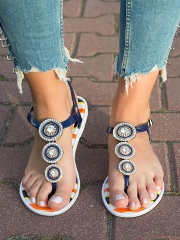 Granatowe sandały z okrągłymi blaszkami wysadzanymi cyrkoniami