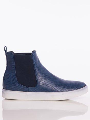 Granatowe skórzane sneakersy z imitacją skóry węża i gumowanymi wstawkami po bokach cholewki