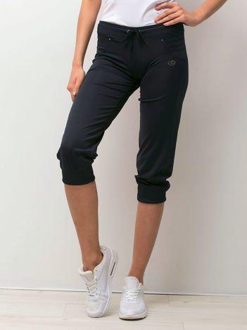 Granatowe spodnie capri z aplikacją