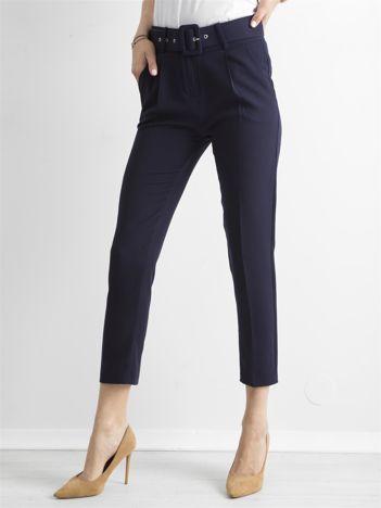 Granatowe spodnie cygaretki z paskiem