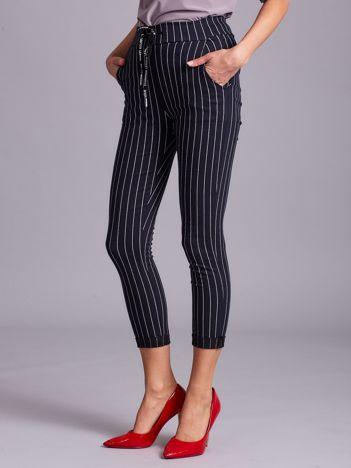 Granatowe spodnie damskie w paski