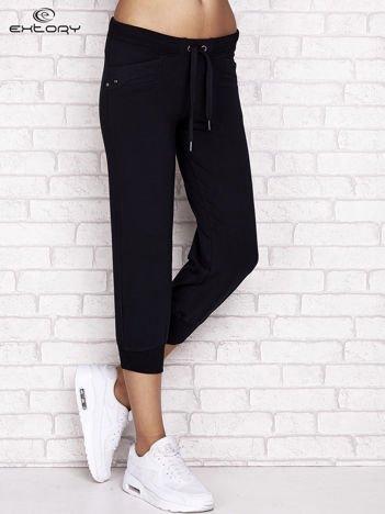 Granatowe spodnie dresowe capri z aplikacją na kieszeniach