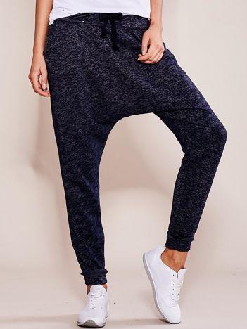 Granatowe spodnie dresowe melange