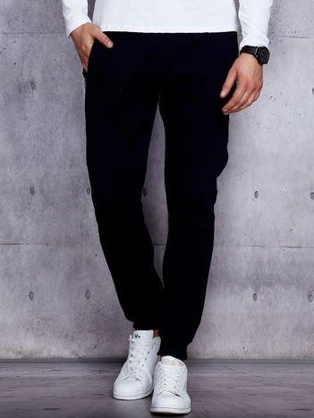 Granatowe spodnie dresowe męskie z kieszeniami na suwak
