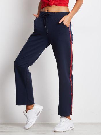 Granatowe spodnie dresowe z lampasami