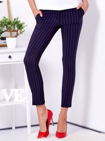 Granatowe spodnie w drobne paski