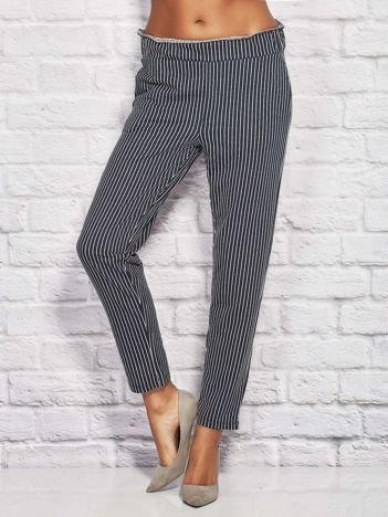 Granatowe spodnie w paski