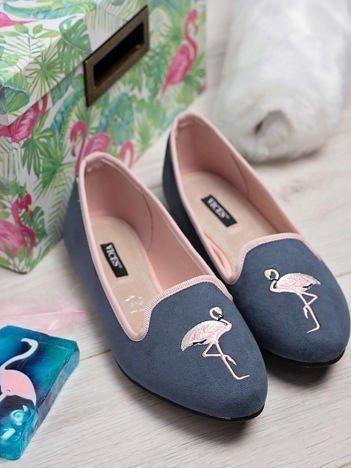 Granatowe zamszowe lordsy z ozdobnym haftem w kształcie flaminga z przodu buta
