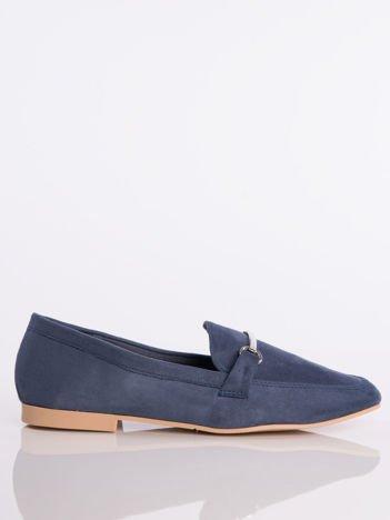 Granatowe zamszowe mokasyny z ozdobną klamerką i paskiem na przodzie buta