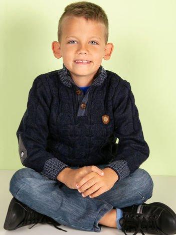 Granatowy dziergany sweter dla chłopca