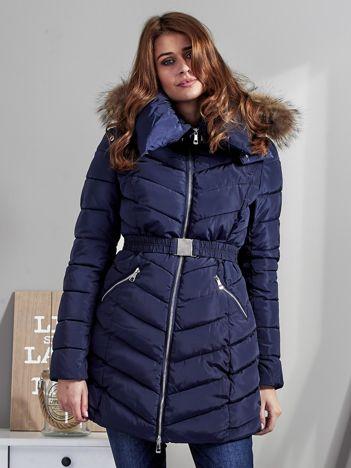 Granatowy pikowany płaszcz damski z futrzanym kołnierzem
